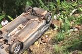 Ô tô 7 chỗ bị xe tải tông rơi xuống vực sâu