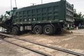Nghệ An: Xe tải chết máy trên đường ray bị tàu hỏa đâm