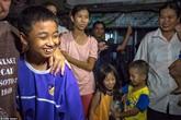 """""""Lợn hoang"""" được giải cứu thành công: Người dân Thái vui mừng như Tết"""
