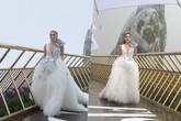 Hoa hậu Kỳ Duyên suýt trượt chân khi catwalk trong mưa tầm tã ở Bà Nà