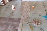 2 cô gái cắt dát giường gỗ thành từng miếng để