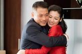 Bố Á hậu Tú Anh ôm chặt con gái trong lễ vu quy