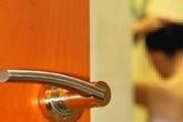 Giúp việc U60 có sở thích quái đản, thường xuyên rình xem cậu chủ tắm