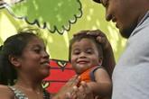 Em bé không nhận ra bố mẹ sau 5 tháng bị chia cắt khỏi gia đình
