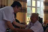 Thứ trưởng Bộ Y tế Nguyễn Viết Tiến thăm thương, bệnh binh ở Phú Thọ