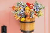 Làm hoa treo dễ thương trước cửa nhà bằng nguyên liệu rẻ tiền