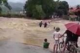 Cố tình lội qua nước lũ, 3 người bị cuốn trôi