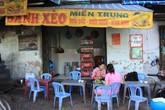 Người Sài Gòn vừa 'đập muỗi' vừa ăn bánh xèo 7.000 đồng giúp chủ đổi đời