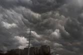 Hà Nội: Mây đen đang phủ kín bầu trời như trong phim viễn tưởng