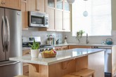 Những món đồ nội thất bằng chất liệu gỗ khiến căn bếp nhà bạn gọn gàng mà ấm cúng