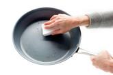 Lý do tuyệt đối không rửa chảo chống dính ngay sau khi nấu