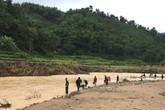 Thanh Hóa: Huy động khoảng 100 người tìm bé gái 4 tuổi rơi xuống sông Âm