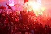 """Hàng nghìn CĐV Việt Nam vẫn """"đi bão"""", nhuộm đỏ đường phố sau trận thua"""