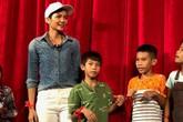 Hoa hậu H'Hen Niê mặc giản dị, tặng quà cho các em nhỏ nhiễm HIV/AIDS