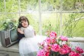 Khát khao học chữ, làm hoa giấy của cô gái khuyết tật cao 70cm, nặng 13kg