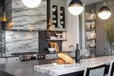 Giữa muôn vàn chất liệu khác nhau thì đá cẩm thạch vẫn luôn là lựa chọn hàng đầu cho mặt bàn bếp