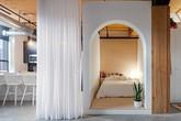 """Phòng ngủ kiểu hộp kết hợp rèm trắng đã """"ăn gian"""" không gian quá đỗi tài tình"""