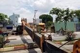 Kinh hoàng cần cẩu dài hơn 20m bất ngờ đổ sập, chắn ngang đại lộ Phạm Văn Đồng