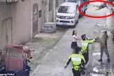 Khoảnh khắc cảnh sát và người đi đường dùng chiếu