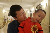 Con trai thiếu uý công an từ chối điều trị ung thư để giữ con xuất hiện đáng yêu trên sân khấu