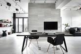 Phong cách trang trí đương đại cùng hai màu ghi và đen khiến căn hộ của cặp vợ chồng trẻ gây ấn tượng bất ngờ