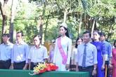 Hoa hậu Trần Tiểu Vy dự lễ chào cờ ở trường cũ