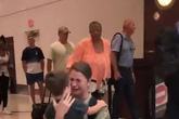 Cuộc đoàn tụ xúc động của nữ quân nhân Mỹ và con trai sau 6 tháng xa cách