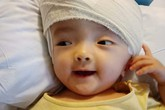 Tâm thư tuyệt vọng của mẹ bé gái bị não úng thủy