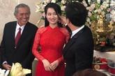 Bố Trường Giang cười tươi nhìn con trai hạnh phúc bên vợ