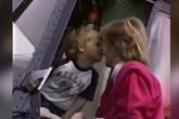 Khoảnh khắc Hoàng tử William cọ mũi mẹ Diana khi mới 5 tuổi