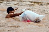 Rơi nước mắt nhìn cảnh học sinh chui túi nilon vượt suối tới trường dự khai giảng