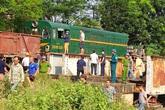 Hà Nội: Cố băng qua đường sắt, ô tô tải chở nhiều người bị tàu đâm biến dạng