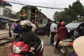 Hà Nội: Va chạm tàu hỏa, tài xế công nông bay ra khỏi xe