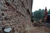 Phú Thọ: Nhà đang ở bỗng nhiên bị phá nửa tường, tính mạng người dân bị đe dọa