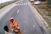 Xác minh clip CSGT dẫm lên vật nghi là tiền trên quốc lộ