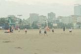 Bất chấp lệnh cấm, hàng trăm du khách tại Sầm Sơn vẫn tắm biển