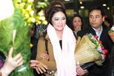 Danh ca Như Quỳnh vừa đến sân bay Nội Bài, fan đã ùa ra đón