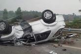 Xe Fortuner chở 6 người tan tành, lật ngửa trên cao tốc Nội Bài - Lào Cai