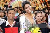 """Bố mẹ Hoa hậu Hoàn vũ H'Hen Niê: """"Thấy con gái khóc, tôi cũng khóc dù không biết con đoạt giải gì"""""""