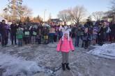 Hàng trăm người đứng ngoài trời lạnh 4 độ C đón cô bé ung thư đi học