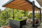 Căn nhà lớn gây ấn tượng với sân vườn ngập tràn bóng nắng và cây xanh