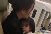 Phạm Quỳnh Anh gây xúc động mạnh với hình ảnh ôm con gái nhỏ co ro trên máy bay