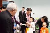 Chủ tịch Quốc hội Nguyễn Thị Kim Ngân tặng quà cho bệnh nhi ung thư nghèo