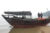 """Hà Tĩnh: Phát hiện chiếc tàu """"lạ"""" trôi dạt vào bờ biển"""