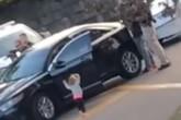 Sốc: Bé gái 2 tuổi bò ra khỏi xe, đi chân đất và giơ tay đầu hàng cảnh sát khi ba mẹ bị bắt