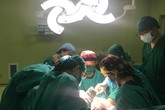 Những giọt nước mắt đau khổ của một bệnh nhân có ngoại hình vừa nam vừa nữ
