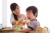 Người mẹ trẻ tìm đủ phương cách giúp con hết biếng ăn