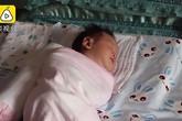 Mẹ sững người nghe âm thành phát ra từ miệng con trai 23 ngày tuổi giữa lúc y tá đang xoa lưng bé