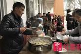 Hiệu trưởng trích lương, tự nấu ăn cho học sinh