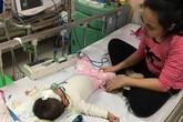 Bé gái 17 tháng tuổi nằm viện 17 tháng với hàng trăm mũi tiêm, truyền, xét nghiệm